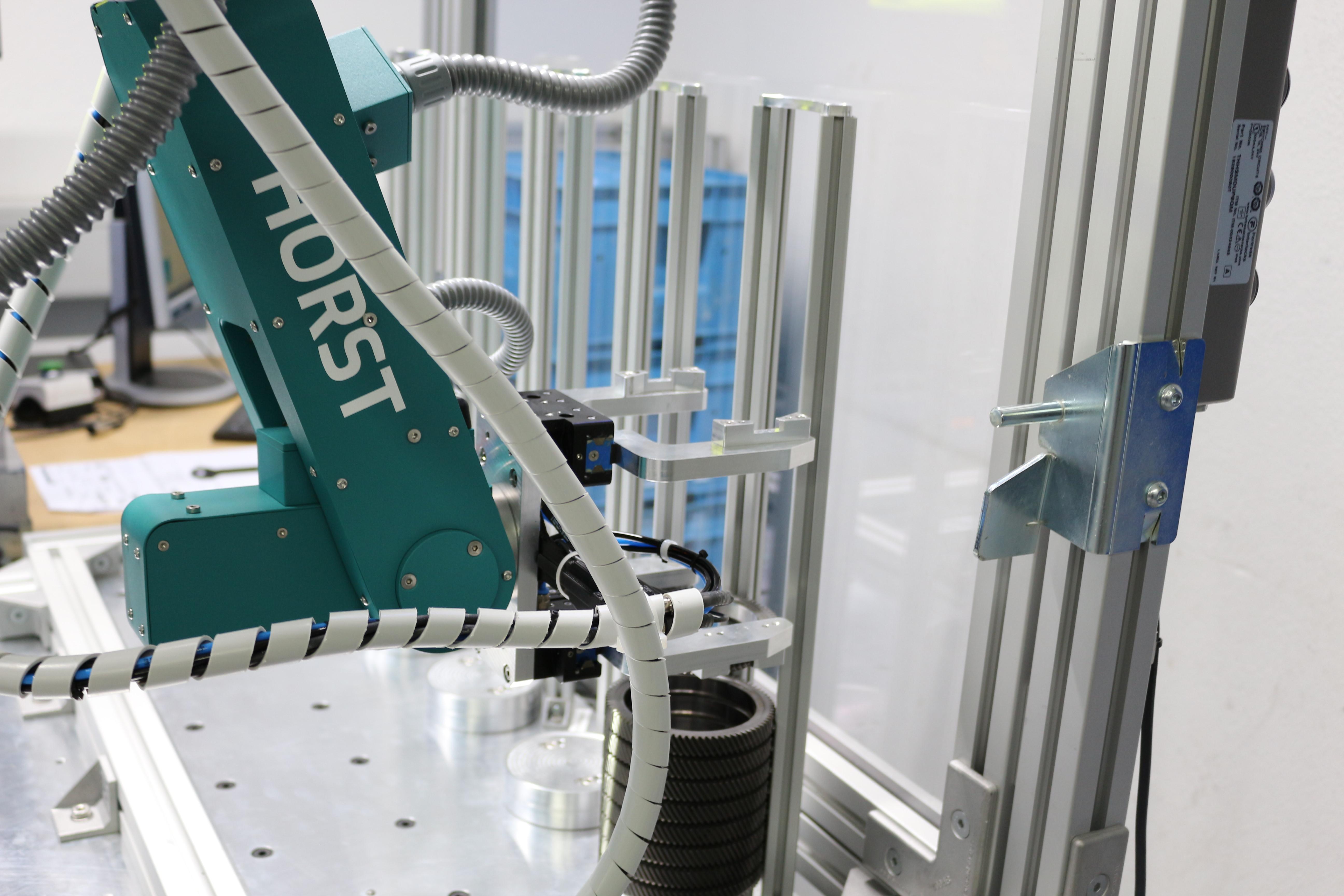 fruitcore robotics - Industrieroboter HORST bestückt Lasermarkierer