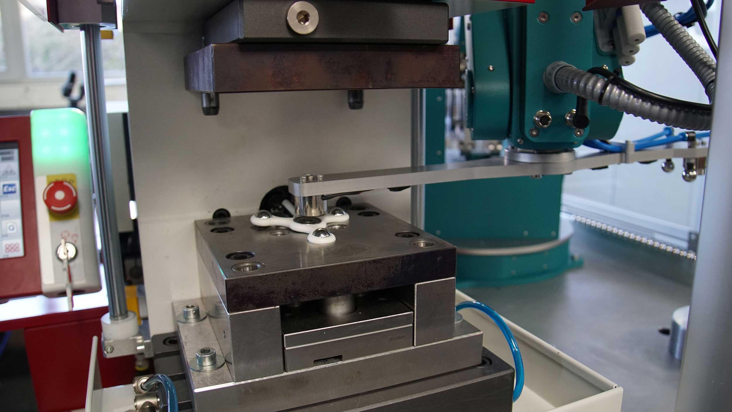 fruitcore-robotics-Roboter-für-Kunststoffverarveitung-Verarbeiten